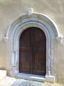 Porche de la chapelle Notre dame des Autels (Isère)
